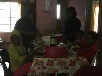 Rest van de familie aan tafel