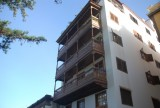 en altijd balkons aan de huizen