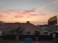 Zonsondergang vanaf het dakterras te zien