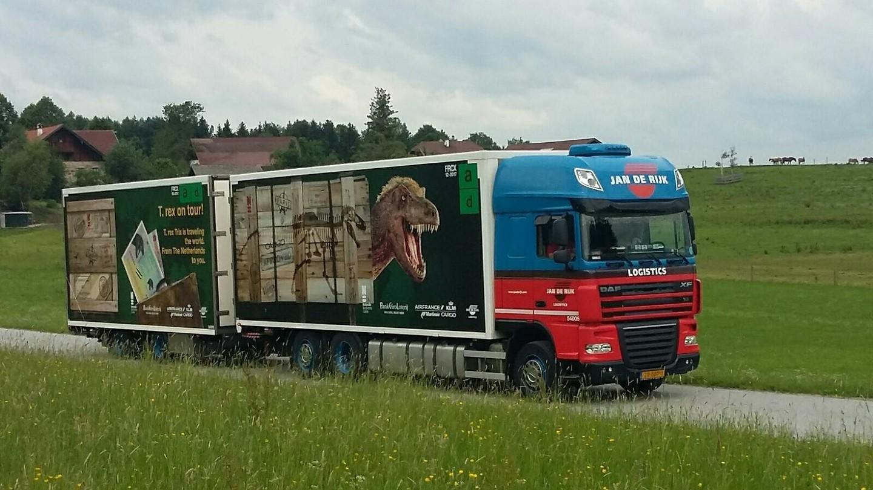 Vrachtwagen T. rex on tour