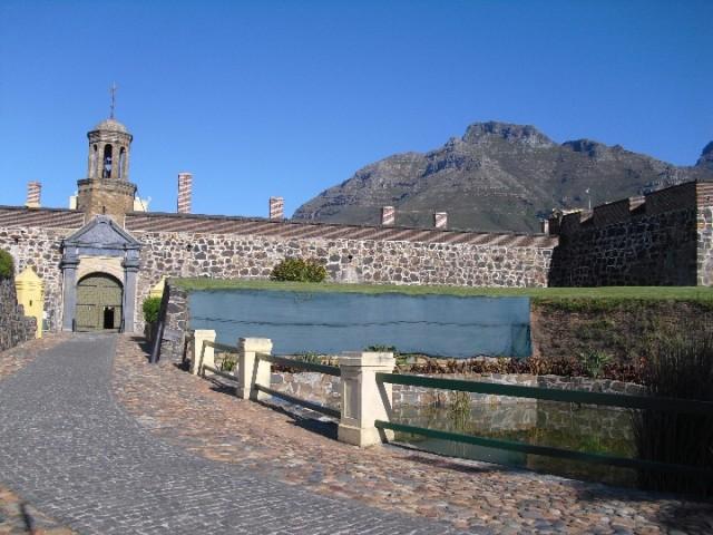 Ingang van het fort foto tristan naar de kaap - Ingang van het hedendaagse huis ...