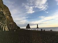 Black beach met de trol-rotsen