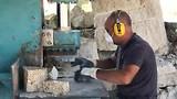 Granietblokken verwerken tot kinderkopjes.
