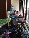 Kinderen en studenten wachtend op hun volgende behandeling.