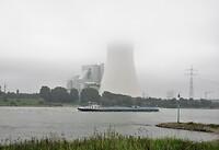 Kerncentrale in de ochtend mist