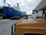 Wachten op het douaneterrein om de auto de boot op te rijden.