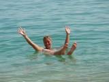 Zelfs Ingrid blijft drijven in de Dode Zee.