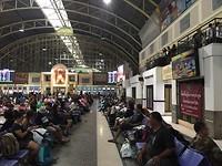 Mensenmassa in de grote hal