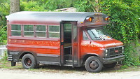 oude bus bij de brievenbus