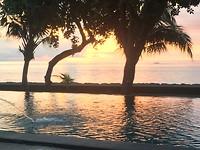 Zwembad en zee Lovina beach