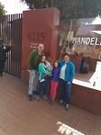 Voor het  Nelson Mandela museum