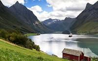 hjorundfjord-sunnmore-alpen-fjord-noorwegen-vissershut-boot