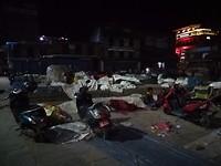 We zien dat mensen blijven slapen op het plein om morgen weer verder te verkopen