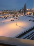 De mooi besneeuwde parking