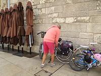 We parkeren onze fiets op de markt.