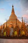 Shwedagon pagoda tijdens de zonsondergang