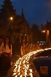 Kaarsjes aansteken bij de pagoda