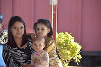 Familie met Thanaka op het gezicht