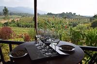 Lekker wijntjes proeven met een super uitzicht op de achtergrond