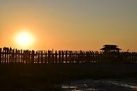 De U Bein Bridge bij zonsondergang