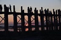 Mooie zonsondergang achter de brug
