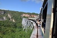 Rijdend over de brug
