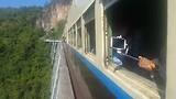 De trein die over de Gokteik brug rijdt