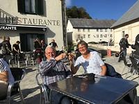 Een wijntje op het terras na een mooie wandeling met Wim.