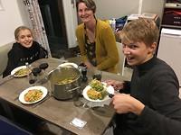 Mette, Suzanne en Luuk aan de avondmaaltijd.