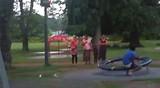 Schommelen! Die mensen die toekeken vlogen op de schommels af nadat wij verder gingen.