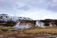 In de geothermische gebieden zie je overal stoom uit de grond komen en ruik je de zwavel
