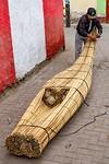 In de straatjes van Huanchaco kan je zien hoe ze de traditionele boten met de hand maken.