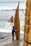 De rieten boten zijn loodzwaar na een tijdje op het water en worden rechtop gezet om te drogen.