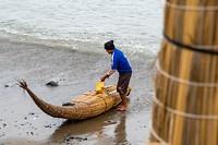 En verkopen hun vangst onmiddellijk aan de restaurantjes aan het strand.