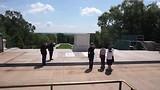 Een groep kinderen legt een krans namens een school in Amerika