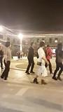 Authentieke dans op het plein in Shangri-La met een lekker nummertje