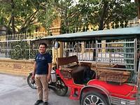 Angshy met zijn tuktuk