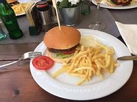 Iedereen een lekkere hamburger met frietjes!