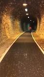 Bert fietst door tunnel