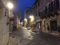 Asciano, op een regenachtige avond