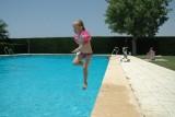 Madelief springt in het zwembad.  Stoere meid.