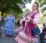 Klederdracht dansende dames