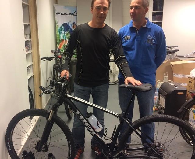De man, zijn fiets en Antoon Schouw die het allemaal mogelijk maakt.