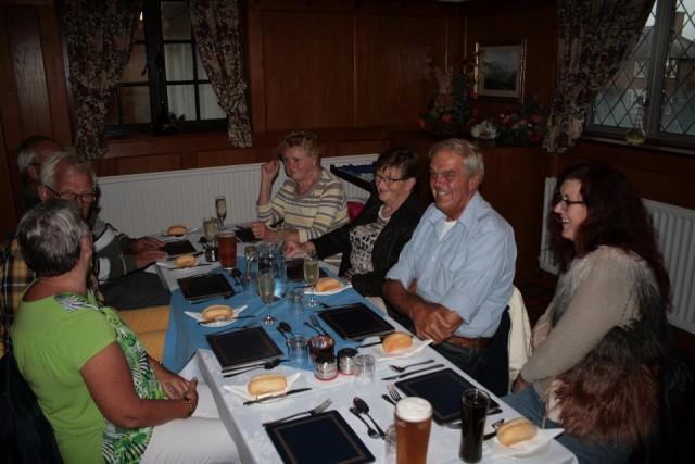 met gezellige mensen aan tafel foto willmes op reis
