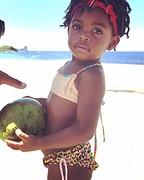 Niña met kokosnoot