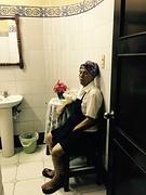Toiletjuffrouw, beetje moe