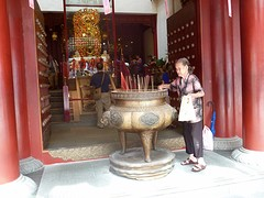 Dame voor de tempel in China town