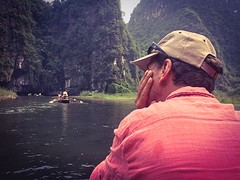 W staart over de Ngo dong rivier