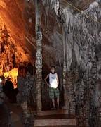 Een poort van stalactieten in de Hoa Ma grot