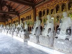 Beeldenrij Buddhistische Monnikken